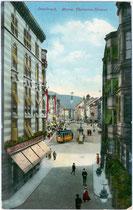 Herzog-Friedrich-Straße beim Haus des Photographen C(arl). A(lexander). Czichna (links im Bild, Adresse: Burggraben 1). Photochromdruck 9 x 14 cm; postalisch gelaufen 1912. Impressum: Robert Warger, Innsbruck.  Inv.-Nr. vu914pcd00097