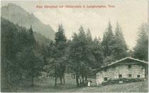 Bärnbadalm und Höhlenstein in den östlichen Brandenberger Alpen im Gemeindegebiet von Langkampfen, Bezirk Kufstein, Tirol . Lichtdruck 9 x 14 cm; Impressum: Rud(olf). Berger, Wörgl 1907. Inv.-Nr. vu914ld00252