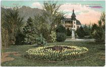 Kaiser-Franz-Joseph-Anlage und Villa Riedenstein in Obermais (1924 nach Meran eingemeindet worden). Farblichtdruck 9 x 14 cm; Impressum: Joh(ann). F(ilibert). Amonn, Bozen 1905.  Inv.-Nr. vu914fld00032