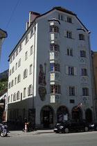 """Ehem. Gasthof """"Stern"""", heute Wohn- und Geschäftshaus mit Fresko des Hl. Nikolaus an der Straßenfassade in Innsbruck, St. Nikolaus, Innstraße 63. Digitalphoto; © Johann G. Mairhofer 2013.  Inv.-Nr. 1DSC06869"""