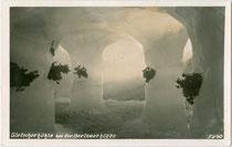 Gletscherhöhle bei der Berliner Hütte, Gemeinde Mayrhofen im Zillertal. Gelatinesilberabzug 9 x 14 cm; Impressum: Much Heiss, Alpiner Kunstverlag, Innsbruck, Leopoldstraße 12; handschriftl. dat. 1934.  Inv.-Nr.  vu914gs00673
