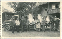 Anlieferung der neuen Kirchenglocken für das Glockenkomitee von Eben-Pertisau am 1. Okt. 1949. Gelatinesilberabzug 9x14cm; Anonymus-/a.  Inv.-Nr. vu914gs00216
