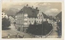Gasthof Post (heute: Schlosshotel Post Edelfreisitz Sprengenstein) am Postplatz (heute Eduard-Wallnöfer-Platz). Gelatinesilberabzug 9 x 14 cm; Impressum: Wilhelm Stempfle, Innsbruck; postalisch befördert 1926.  Inv.-Nr. vu914gs00196