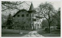 """Ehemalige Pension """"Villa Geiger"""" in Kramsach, Bezirk Kufstein, Tirol. Gelatinesiberabzug 9 x 14 cm ohne Impressum 1936.  Inv.-Nr. vu914gs00272"""
