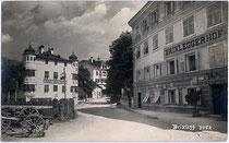 """Ansitz Grasegg (heute Gasthof """"Herrnhaus"""") und ehemaliger Gasthof """"Brixlegger Hof"""" jeweils am Herrnhausplatz in Brixlegg, Bezirk Kufstein, Tirol. Gelatinesilberabzug 9 x 14 cm ohne Impressum um 1910.  Inv.-Nr. vu914gs00396"""