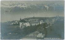"Grand Hotel ""Iglerhof"" in Igls gegen Nordkette. Gelatinesilberabzug 9 x 14 cm; Impressum: Alpiner phot(ographischer). Verlag J. M. Peters, Innsbruck; postalisch befördert 1909.  Inv.-Nr. vu914gs00331"