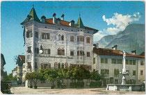 Gasthof ZUM WEISSEN RÖSSL in Kaltern, Marktplatz 11. Photochromdruck 9 x 14 cm; Impressum: Joh(ann). F(ilibert). Amonn, Bozen; postalisch gelaufen 1910.  Inv.-Nr. vu914pcd00215