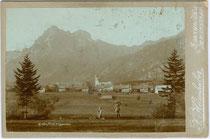 Grän im Tannheimer Tal, Bezirk Reutte, Tirol mit Aggenstein (1.986m), Tannheimer Berge, Allgäuer Alpen. Albuminabzug auf Untersatzkarton 11 x 16,5 cm (Cabinet); Impressum: F. Heimhuber, Sonthofen & Immenstadt (Allgäu) um 1890.  Inv.-Nr. vuCAB-00065