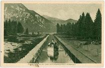 """Dampfboot """"Sabine II"""" (Jungfernfahrt Mai 1909) der Planseeschifffahrt passiert Heiterwanger-/Planseekanal. Rakeltiefdruck 9 x 14 cm; Impressum: Rud. Rudolphi, Garmisch-Partenkirchen; um 1930.  Inv.-Nr. vu914rtd00006"""