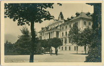 "Neues Kurhaus in Levico in der Valsugana, heute ""Imperial Grand Hotel Terme"". Gelatinesilberabzug 9 x 14 cm; Impressum: A(ugusto). Bortoluzzi, Levico; Verlag Joh(ann). F(ilibert). Amonn, Bozen 1913.  Inv.-Nr. vu914gs01146"
