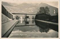 Ehemaliges Schwimmbad von Fügen im Zillertal, Bezirk Schwaz, Tirol, Gelatinesilberabzug 9 x 14 cm; Impressum: Georg Angerer, Schwaz, um 1935.  Inv.-Nr. vu914gs01220