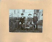 Geschwisterschar (?). Gelatinesilberabzug 11,8 x 16,9 cm auf Untersatzkarton 22,0 x 26,5 cm. Impressum: C(hristian). WOPFNER, Schneider & Fotograf, Fügen. Provisor. Inv.-Nr.