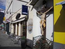 Polychromes Kruzifix eines anonymen Holzbildhauers in Wilten (Stadtgemeinde Innsbruck), Leopoldstraße 13a neben dem ehemaligen Wiltener Rathaus. Digitalphoto; © Johann G. Mairhofer 2011.  Inv.-Nr. 1DSC01360