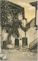 Häuser in Klausen am Eisack (ehem. Bezirk Bozen, heute Bezirksgemeinschaft Eisacktal), Südtirol, Kolorierter Lichtdruck 9 x 14 cm Impressum: Joh(ann). F(ilibert). Amonn, Bozen 1912.  Inv.-Nr. vu914ld00279
