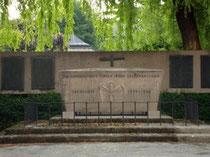 Kriegerdenkmal für die in beiden Weltkriegen gefallenen Lehrer in der Fallmerayerstraße in Innsbruck. Digitalphoto, © Johann G. Mairhofer 2012 – Alle Rechte vorbehalten !  Inv.-Nr. DSC03377