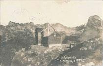 Die Erfurter Hütte (1894 erbaut) der Sektion Erfurt (seit 2001 Sektion Ettlingen) des DAV im Rofangebirge auf 1.834 m.ü.A. im Gemeindegebiet von Eben, Bzk. Schwaz. Gelatinesilberabzug 9 x 14 cm ohne Impressum um 1910.  Inv.-Nr. vu914gs01228
