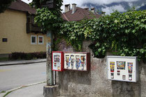 Automaten u.a. für den Verkauf von Kaugummi in kindgerechter Höhe montiert in der Kranewitterstraße Ecke Koflerstraße in Pradl, Stadtgemeinde Innsbruck. Digitalphoto; © Johann G. Mairhofer 2014.  Inv.-Nr. 2DSC00214