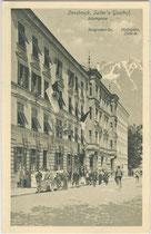 """Ankunft eines Automobilisten beim Gasthof """"Sailer"""" in Innsbruck, Adamgasse 8, Innsbruck um 1907. Lichtdruck 9 x 14 cm. Impressum: K(arl). Redlich, Innsbruck.  Inv.-Nr. vu914ld00044"""