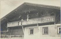 Entlang der Firstlinie längs geteilter Einhof in Kematen, Bezirk Innsbruck-Land, Tirol.  Gelatinesilberabzug 9 x 14 cm; Impressm: A(lfred). Stockhammer, Hall in Tirol 1909.  Inv.-Nr. vu914gs01224