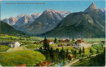Bahnhof der Außerfernbahn in Ehrwald, Bezirk Reutte, Tirol an der Loisach gegen Mieminger Gebirge. Photochromdruck 9 x 14 cm; Impressum: A. Sonnweber, Ehrwald um 1910.  Inv.-Nr. vu914pcd00285