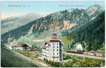 """Hotel """"zur Post"""" mit Dependance am Brennerpass. Photochromdruck 9 x 14 cm; Impressum: Joh(ann). F(ilibert). Amonn, Bozen um 1910.  Inv.-Nr. vu914pcd00135"""