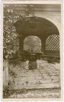 Brunnenhaus im Garten des ehemaligen Adeligen Damenstifts. Gelatinesilberabzug 9 x 14 cm; Impressum: A(lfred). Stockhammer, Hall in Tirol 1923.  Inv.-Nr. vu914gs00246