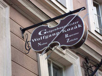 Geschäftslokal von Geigenbaumeister Wolfgang Kozak in Innsbruck, Universitätsstraße 3. Digitalphoto; © Johann G. Mairhofer 2012.  Inv.-Nr. 1DSC04347