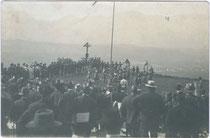 Schauturnen am Hennersberg über Wörgl, Bodenturnen der Damen. Gelatinesilberabzug  19 x 14 cm; Raim(und). Haselberger, Wörgl um 1915.  Inv.-Nr. vu914gs00236