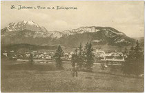 St. Johann in Tirol mit Bahnhofsareal der GISELABAHN (offiiziell: Salzburg-Tiroler-Bahn) gegen Kaisergebirge. Lichtdruck 9x14cm; Impressum: O. Blaschke, Prien/Chiemsee 1908.  Inv.-Nr. vu914ld00213