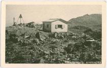 Patscherkofel-Gipfelhütte und Vermessungsmarkierung (Gemeinde Patsch). Gelatinesilberabzug 9x14cm; Much Heiss, Innsbruck um 1930.  Inv.-Nr. vu914gs00244