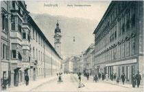 Die Palais Ehrentreitz-Paumbhausen (links) und Sarnthein (rechts), Maria-Theresien-Straße 44 bzw. 57 direkt bei der Triumphpforte von Süden. Lichtdruck 9 x 14 cm ohne Impressum.  Inv.-Nr.  vu914ld00017