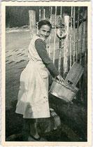 Beim Auswaschen eines Milchsechters am Brunnentrog. Gelatinesilberabzug 9 x 14 cm ohne Impressum um 1940 (wohl Amateuraufnahme).  Inv.-Nr. vu914gs00696