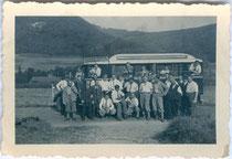 Autobus der Deutschen Reichspost in unbekanntem Liniendienst bei Halt vor Scharnitz, um 1940. Gelatinesilberabzug 5x7cm, Privataufnahme eines Fahrgastes. Inv.-Nr. vu507gs00001