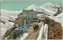 """Hotel """"Ferdinandshöhe"""" und der Kaiser-Franz-Joseph-Obelisk auf dem Stilfser Joch, ital. Passo dello Stelvio (2.757 m.s.l.m.). Photochromdruck 9 x 14 cm; Impressum: Gebr. Baehrendt, Meran 1909.  Inv.-Nr.  vu914pcd00289"""