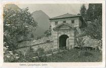 Osttor der LIENZER KLAUSE in Leisach. Gelatinesilberabzug 9x14cm; Impressum: P. Karberger, Innsbruck um 1935.  Inv.-Nr. vu914gs00520