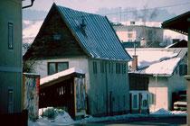 Das Kupferschmiedhaus in Wörgl, Wildschönauer Straße 11. Farbdiapositiv 24 x 36 mm; © Johann G. Mairhofer 1983.  Inv.-Nr. dc135kd5032.12_14
