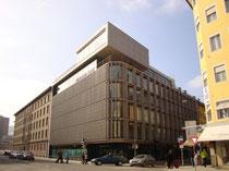 Zentrale der HYPO TIROL AG (vormals Tiroler Landeshypothekenanstalt) in der Meraner Straße 8. Digitalphoto; © Johann G. Mairhofer  2013.  Inv.-Nr. DSC05995