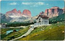 """Hotel Pordoi (2140 m) an der Dolomitenstraße mit Langkofel (3178 m) und Sella (3152 m)."" Photochromdruck 9 x 14 cm; Impressum: Joh(ann). F(ilibert). Amonn, Bozen 1909. Inv.-Nr. vu914pcd00265"