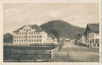 Die 1927 eröffnete ehem. Bürger- und zugleich Hauptschule in der Premstraße (heute Stumpfstraße) gegen Möslalm. Gelatinesilberabzug 9 x 14 cm; Impressum: Verlag Rud. Berger, Wörgl, postalisch befördert 1930.  Inv.-Nr. vu914gs01182