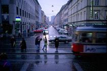 Blick in die Wilhelm-Greil-Straße vom Landesmuseum FERDINANDEUM aus. Farbdiapositiv 24 x 36 mm; © Johann G. Mairhofer 1992.  Inv.-Nr. dc135fuRD147.1_13