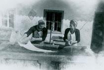 Waschtag beim Ascherwirt in Brandenberg, Bezirk Kufstein Tirol, Gelatinesilberabzug 4,5 x 6,0 cm, um 1945. Familienarchiv des Autors o. Inv.-Nr.