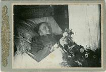 Aufbahrung einer im hohen Alter Verstorbenen wohl aus bäuerlichem Milieu. Gelatinesilberabzug 16,6 x 10,8 cm (Cabinet-Format) ohne Urheber-, Datums- und Ortsvermerk um 1905.  Inv.-Nr. vuCAB-00258