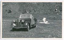 """""""Von der Fahrt nach Kitzbühel über den Pass Thurn"""". Ford Cabriolet, Modell EIFEL, Bauzeit 1935 – 1940 in Köln. Gelatinesilberabzug 9 x 14 cm; ohne Impressum 1956 ff.  Inv.-Nr. vu914gs00010"""