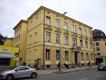 Schul- und Gemeindehaus der ehemaligen Dorfgemeinde Wilten (1904 nach Innsbruck eingemeindet), heute Volksschule Alt-Wilten in der Leopoldstraße 15. Digitalphoto; © Johann G. Mairhofer 2012.  Inv.-Nr. 1DSC05076