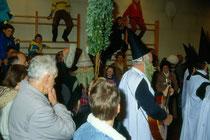 Anklöpfeln in Stans bei Schwaz im Advent 1990. Szene aus dem nur alle 10 Jahre stattfindenden Anklopfbrauch.  Inv.-Nr. dc135kd5009.03_27