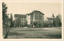 Krankenhaus in Wörgl, Spitalgasse (heute Fritz-Atzl-Straße) 10. Gelatinesilberabzug 9x14cm; Atelier Haselberger, Wörg; postalisch gelaufen 1940.  Inv.-Nr. vu914gs00666