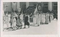 Fronleichnamsprozession der Innsbrucker Stadtpfarre 1934, Abteilung am Rennweg beim Stadttheater. Gelatinesilberabzug 9 x 14 cm; ohne Impressum.  Inv.-Nr. vu914gs00850