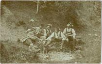 Gruppe von Bergwanderern einer alpinen Gesellschaft aus Hall in Tirol bei einer Rast. Gelatinesilberabzug (Auskopierpapier) 9 x 14 cm ohne Impressum, um 1900.  Inv.-Nr. vu914gs00728