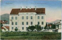 Kaserne des II. Bataillons k.u.k. Infanterie Regiment Nr. 36 in Niederdorf im Pustertal. Farblichtdruck 9 x 14 cm; Verlag Wilhelm Püsche, Kantineur, Niederdorf um 1910.  Inv.-Nr. vu914fld00045