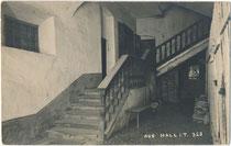Wo befindet sich diese dreiläufige zweimal gewinkelte Treppe mit Zwischenpodest und Handlauf mit gedrechselten Geländerstäben  in der Salinenstadt Hall, Tirol.  Gelatinesilberabzug 9 x 14 cm; Impressum: A(lfred). Stockhammer 1915.  Inv.-Nr. vu914gs01180